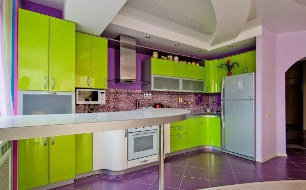Сочетание зелёного гарнитура и фиолетовых стен на кухне с белым потолком