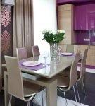 Сочетание бежевого и фиолетового в кухне-столовой
