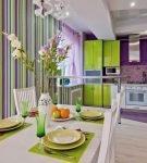 Яркая комбинация салатового, фиолетового и белого в интерьере кухни