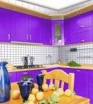 Фиолетовый гарнитур и белая стена на небольшой кухне