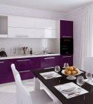Простой интерьер бело-фиолетовой кухни в квартире