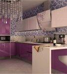 Интерьер кухни с узорчатыми обоями и хрустальной люстрой