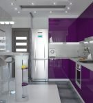Небольшая кухня с бело-фиолетовой мебелью и необычными стульями