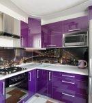 Фартук с фотопринтом на кухне с бело-фиолетовой мебелью