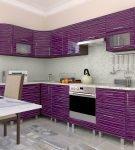 Фиолетовый гарнитур с полосатыми фасадами на светлой кухне