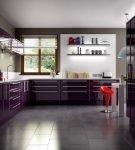 Тёмно-фиолетовая мебель и белый потолок на большйо кухне