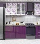 Бело-фиолетовый гарнитур с узорами на фасадах