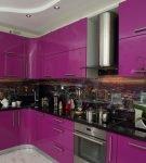Тёмный фартук, дополняющий фиолетовый гарнитур на кухне с белым потолком