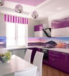 Полосатые шторы на кухне с бело-фиолетовой мебелью
