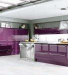 Просторная кухня с фиолетовым островом и белым потолком