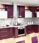 Глянцевый фиолетовый гарнитур на фоне белой стены кухни