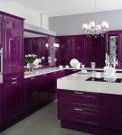 Мебель фиолетового цвета и белый потолок на кухне