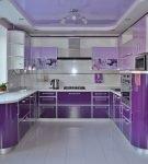 П-образный бело-фиолетовый гарнитур на кухне