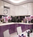Бело-фиолетовый гарнитур и фартук с цветочным узором на кухне