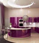 Оригинальное оформление бело-фиолетовой кухни с островом