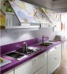Белый гарнитур с фиолетовой столешницей на узкой кухне
