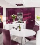 Белый стол и пурпурные стулья на кухне с фиолетовой мебелью
