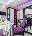 Роскошная кухня-столовая с пурпурными портьерами и мебелью