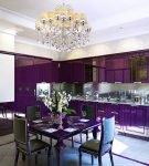 Тёмно-фиолетовый гарнитур на кухне с хрустальной люстрой