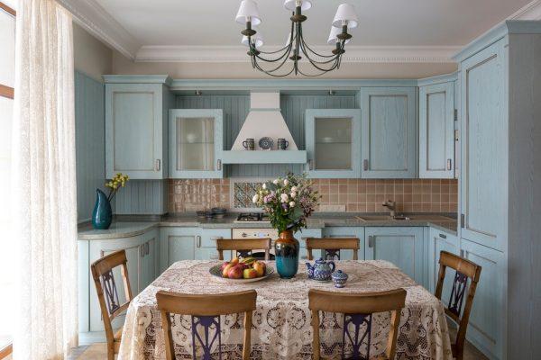 Голубой гарнитур в стиле кантри на кухне