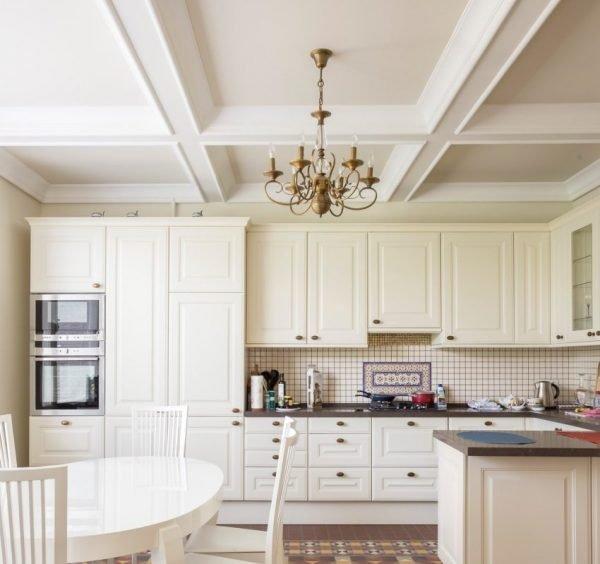 Декор в виде белых балок на потолке кухни
