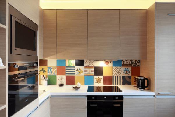 Пёстрый фартук со светлым гарнитуром на маленькой кухне