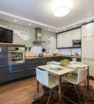 Небольшая квадратная кухня с многоуровневым потолком