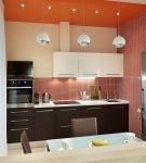 Яркое оформление небольшой кухни с контрастной мебелью