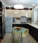 Тёмный гарнитур с белой столешницей на кухне