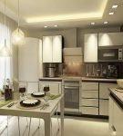 Светлая мебель на маленькой квадратной кухне