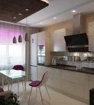 Фиолетовые стулья и контрастная мебель на небольшой кухне