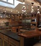 Деревянная мебель на большой кухне с оригинальным потолком