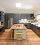 Серая мебель на большой кухне с компактной люстрой