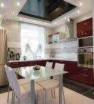Небольшая кухня с гарнитуром насыщенного цвета
