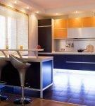 Подсветка яркого гарнитура и оригинальные стулья на кухне
