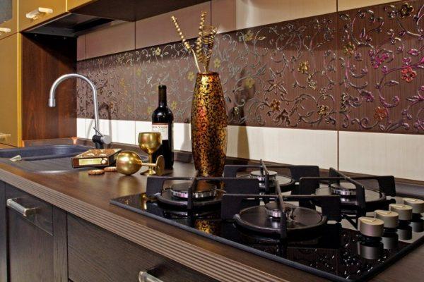 Узорчатая плитка в зоне фартука на кухне