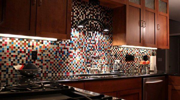 Пёстрая мозаика фартука на кухне