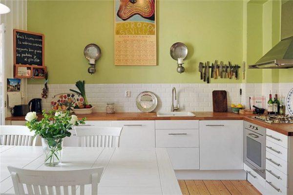 Фисташковые стены на кухне с белой мебелью