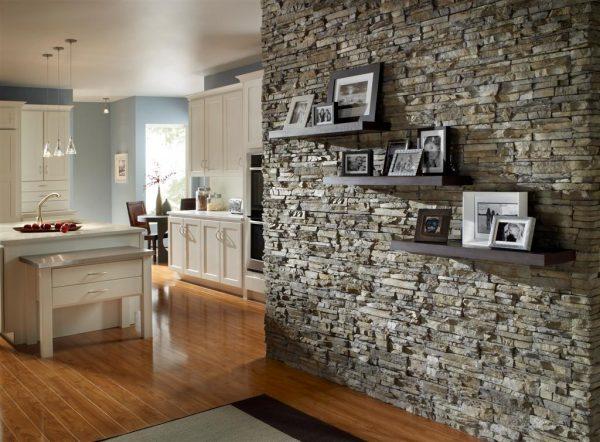 Отделка стены на кухне декоративным камнем
