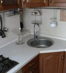 Круглая мойка в углу кухни