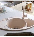 Угловая мойка и обеденный стол