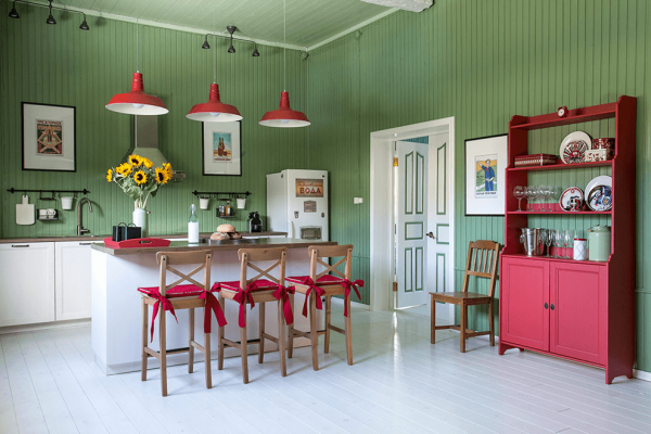 Вагонка зелёного цвета в интерьере красивой кухни