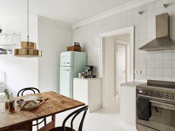 Кухня в белых тонах и с деревянной мебелью