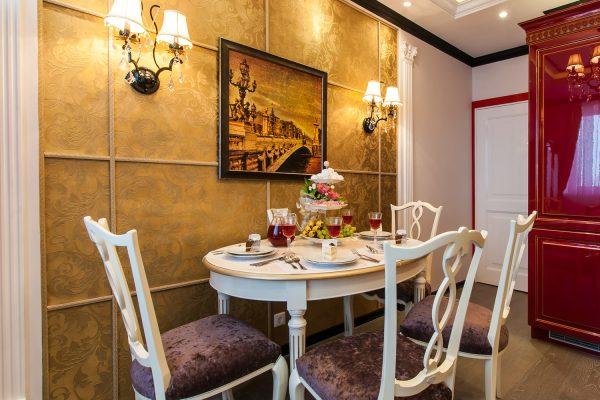Стена обеденной зоны с узорчатыми обоями и светильниками