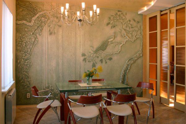 Рисунок на декоративной штукатурке стены около обеденной зоны