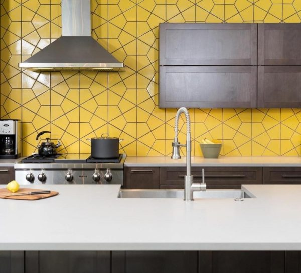 Фартук из жёлтой плитки на кухне