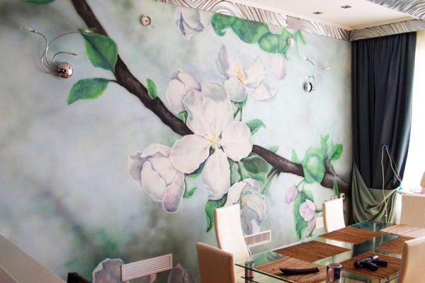 Роспись в виде цветов на стенах кухни