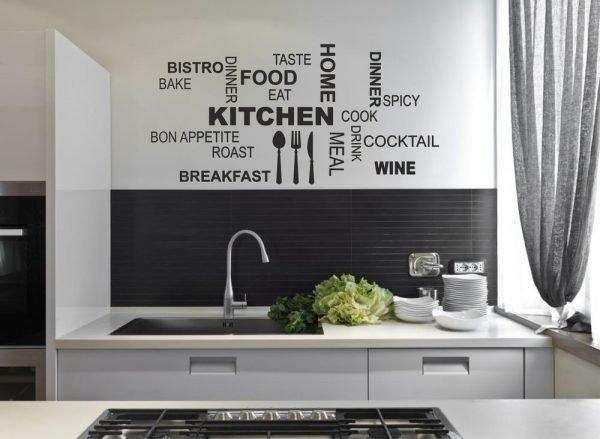 Тёмные надписи на стенах кухни