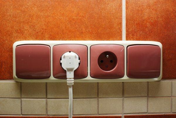 Цветные розетки и выключатели на кухне