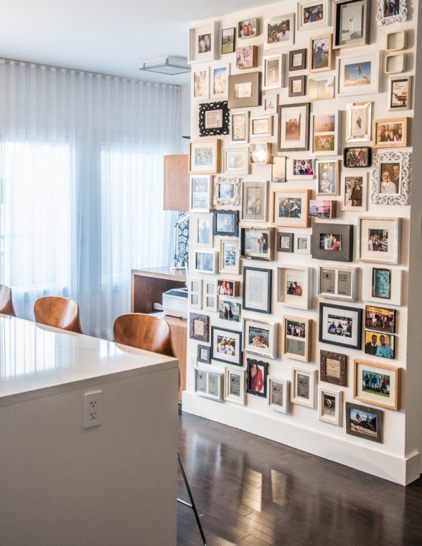Коллаж из фотографий на стене кухни
